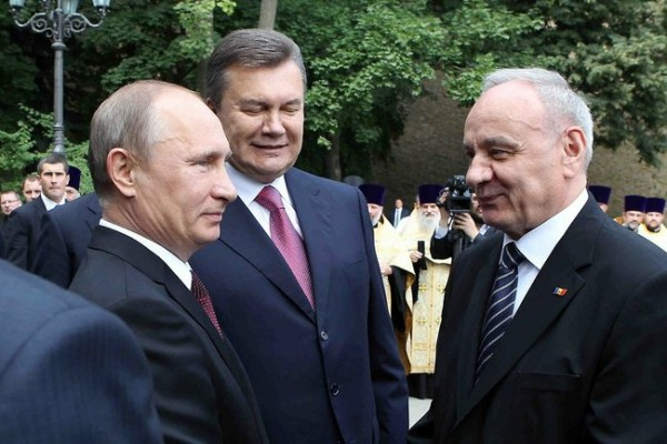 Russian president Vladimir Putin, left, with Ukrainian counterpart  Viktor Yanukovich and Moldova's Nicolae Timofti in Kyiv. Photo: kremlin.ru