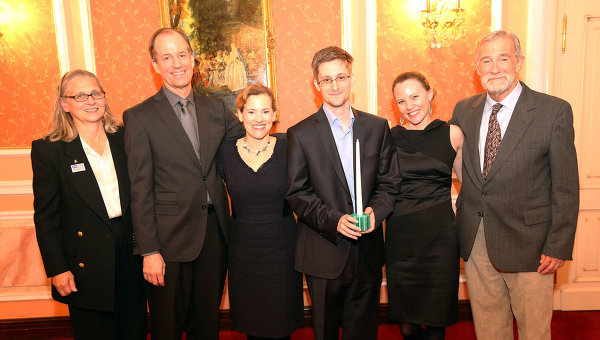 Edward Snowden (third from right) receives the Sam Adams Associates for Integrity in Intelligence Award alongside UK WikiLeaks journalist Sarah Harrison (second from right), who took Snowden from Hong Kong to Moscow, and the US government whistleblowers who presented the award (left to right) Coleen Rowley (FBI), Thomas Drake (NSA), Jesselyn Raddack (Department of Justice) and Ray McGovern (CIA) on October 9, 2013 in Moscow. Photo: Sunshine Press via Ria