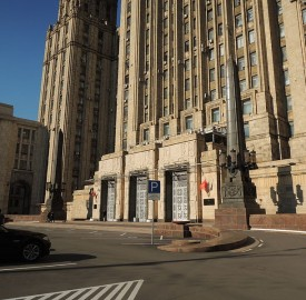 Main_gate_of_Russian_Ministry_of_Foreign_affairs'_building_(May,_2013)_by_shakko_01)