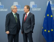 Discussion between Donald Tusk, on the right, and Jean-Claude Juncker
