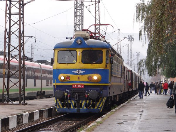 1280px-BDZ_Trains_Pernik_Railway_Station