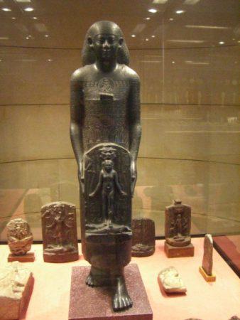 Priest_of_Bastet_statue_Louvre_E1077_-_01a