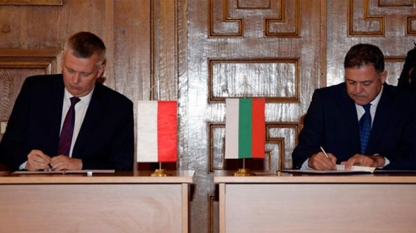 The August 2015 signing by Poland's defence minister Siemoniak and his Bulgarian counterpart Nenchev. Photo: A Zakrzewski DKS MON