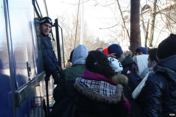 Refugees board a bus to leave Presevo for Serbia's northern border with Croatia. Photo: P Walter Wellman/VOA