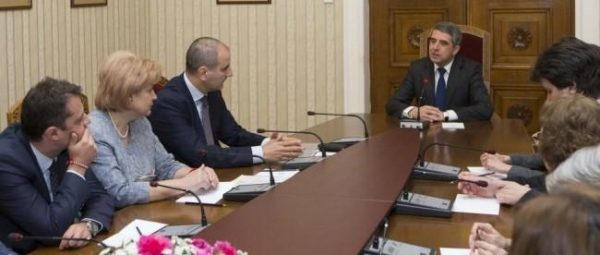 Plevneliev, right, in talks on March 9 with Tsvetan Tsvetanov and the GERB delegation.
