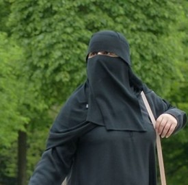 Woman_wearing_burqa Hans Braxmeier-crop