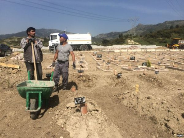 A graveyard in Turkey, where workers bury the mostly unidentified bodies of people who drowned in the sea while attempting to cross into Europe, including children, April 2016. (H. Murdock/VOA)