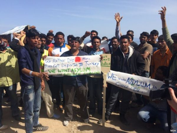 Pakistanis protest on a beach in Greece, saying they were being denied the right to apply for asylum, April 2016. (H. Murdock/VOA