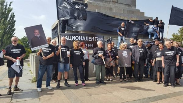 "Hours before the BSP event at the Soviet Army Monument in Sofia on September 9 2016, a procession organised by a group of NGOs went from Alexander Nevsky cathedral to the monument. The event was themed ""National Mourning 1944"". Participants placed a 25-metre black banner on the pedestal of the monument."