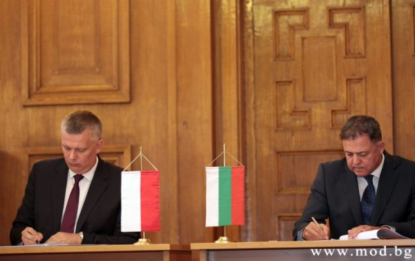 Nenchev, right, at the 2015 signing of the deal with Poland on the overhaul of the MiG-29 engines. Photo: Bulgaria Ministry of Defence.