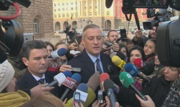 The Reformist Bloc's Naiden Zelenogorski and Bozhidar Lukarski speak to reporters outside the Presidency in Sofia on November 22 after the bloc's talks with President Plevneliev. Screenshot: BNT