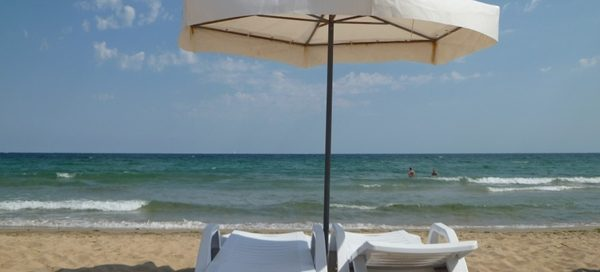 Fee to rent umbrella and chaise longue on Bulgarian beaches this summer ranges from 72 stotinki to 16 leva ? report